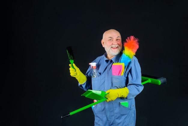 Limpeza da casa hora da limpeza homem sorridente de uniforme com equipamento de limpeza serviço doméstico
