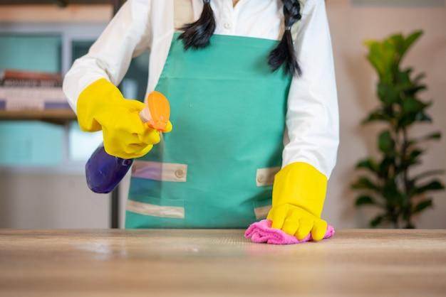 Limpeza da mesa da cozinha com pano azul