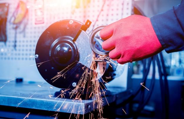 Limpeza das peças do carro no círculo de viragem com efeito de iluminação.