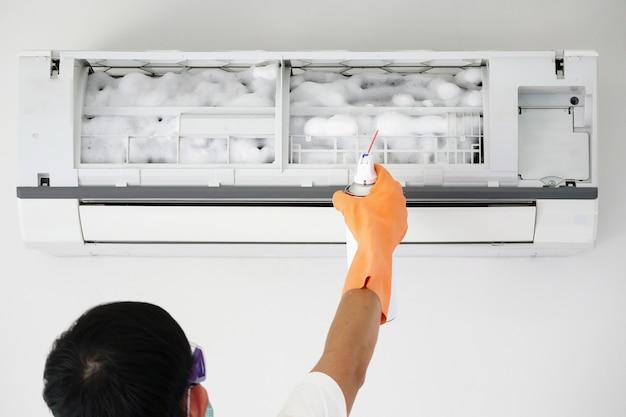 Limpeza de ar condicionado com limpador de espuma em spray