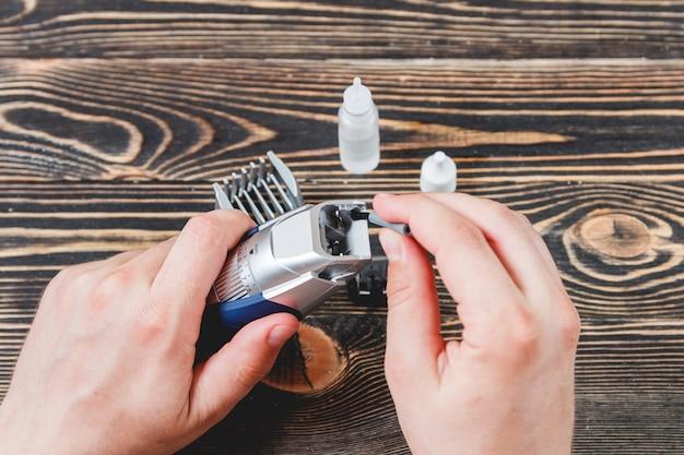 Limpeza de barbeador elétrico na mesa de madeira