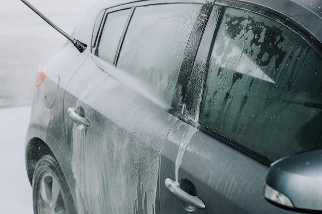 Limpeza de carro usando água de alta pressão.