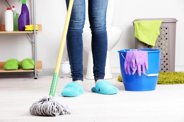 Limpeza de chão em uma sala