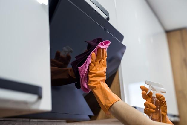Limpeza de cozinha. exaustor de lavagem de mão feminina com esponja. tarefas domésticas