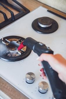 Limpeza de fogão de vitrocerâmica com limpador a vapor, desinfecção de casa