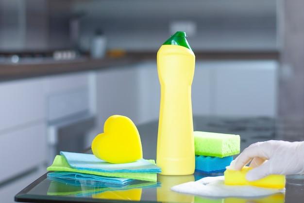 Limpeza de itens em mesa de vidro em cozinha moderna