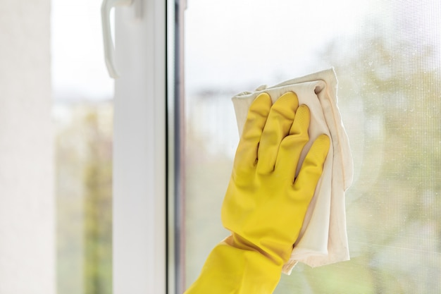Limpeza de janelas com pano especial
