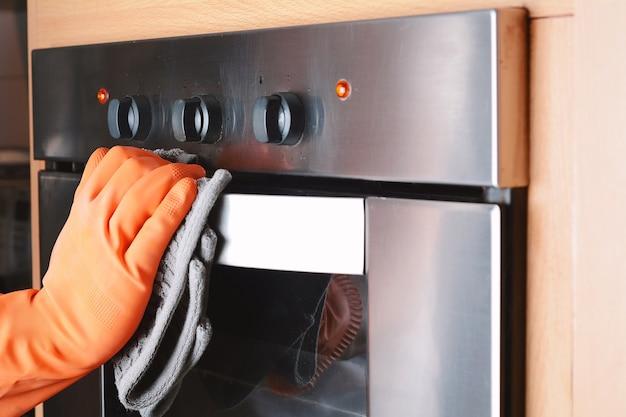 Limpeza de limpeza do forno na cozinha de casa