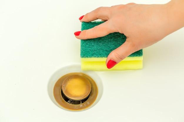 Limpeza de mão de mulher, torneira moderna