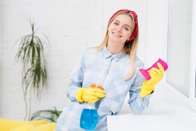 Limpeza de mulher sorridente de alto ângulo
