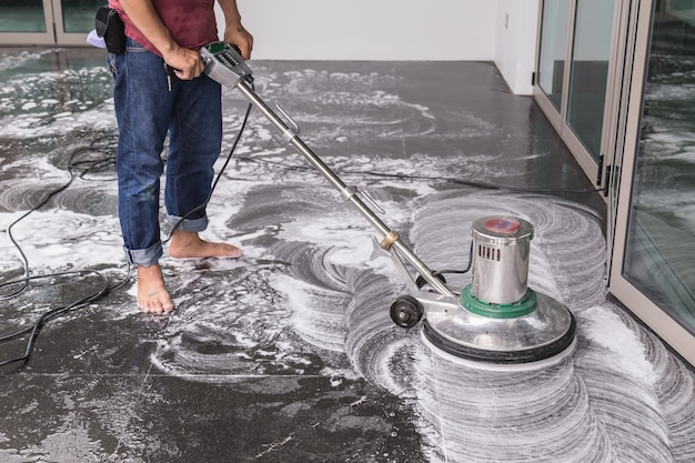 Limpeza de piso com grande máquina