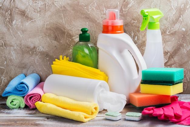 Limpeza de primavera da casa. conjunto de suprimentos de limpeza