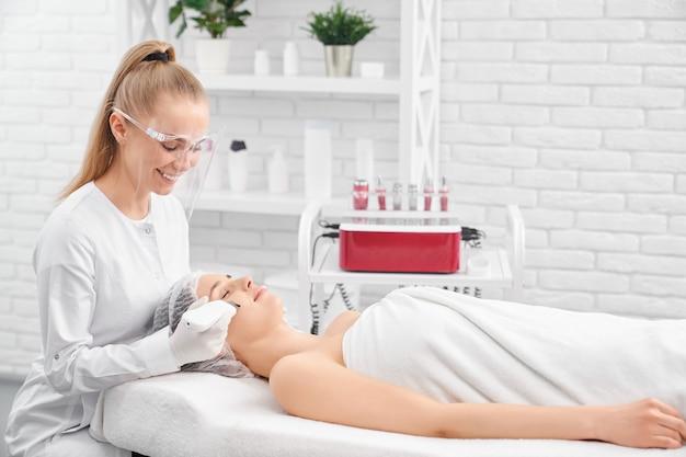 Limpeza de rosto especial para jovem e bela cliente