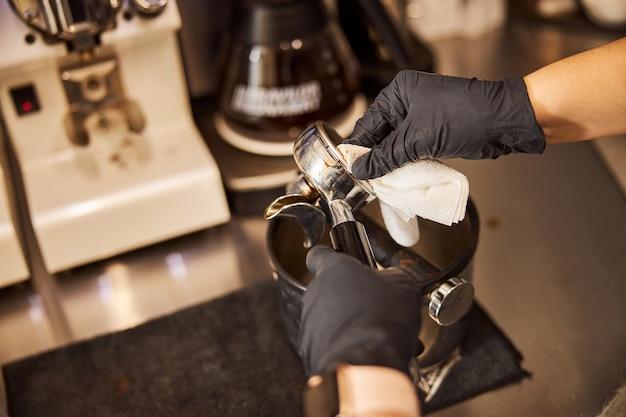 Limpeza de todas as peças da máquina de café expresso após usá-la