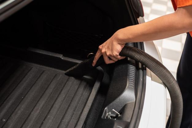 Limpeza do interior do carro com aspirador de pó
