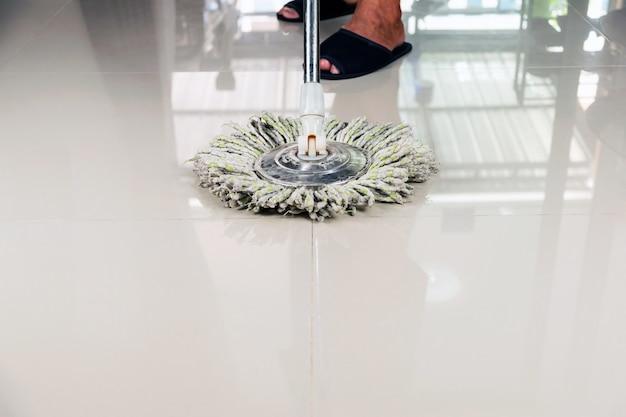 Limpeza do piso de cerâmica com esfregona.