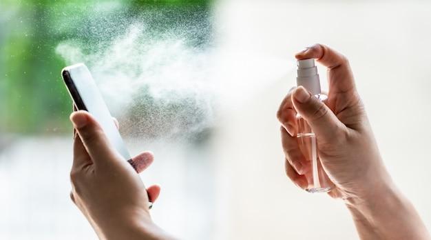 Limpeza do telefone móvel usando spray de álcool