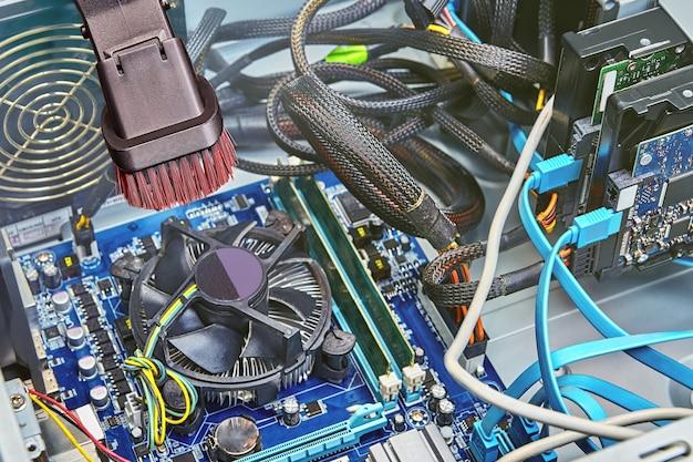 Limpeza do ventilador da cpu do computador usando aspirador de pó portátil