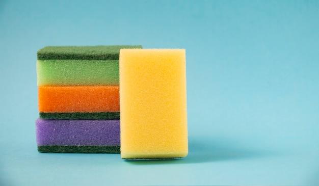Limpeza doméstica: esponjas multicoloridas para lavar louça