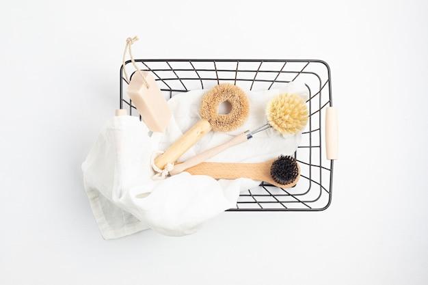 Limpeza doméstica não tóxica, produtos naturais na cesta