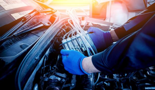 Limpeza dos injetores do motor. reparo do carro.