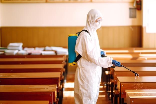 Limpeza e desinfecção da turma escolar para prevenir covid-19.
