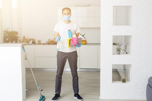 Limpeza e desinfecção no complexo da cidade em meio à epidemia de coronavírus. equipes profissionais para esforços de desinfecção. prevenção de infecções e controle de epidemia. luvas de proteção e máscara