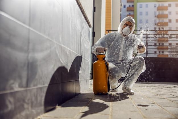 Limpeza e desinfecção no exterior em torno dos edifícios, o coronavi