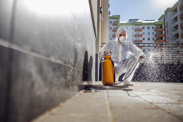Limpeza e desinfecção no exterior em torno dos edifícios