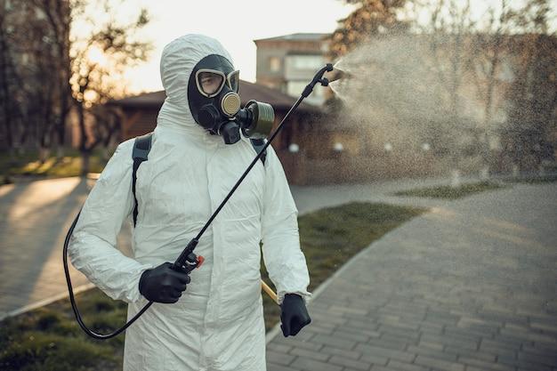 Limpeza e desinfecção no parquinho no complexo da cidade em meio à epidemia de coronavírus.
