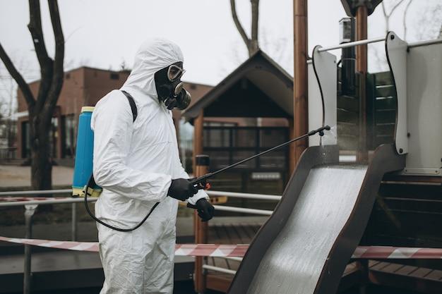Limpeza e desinfecção no parquinho