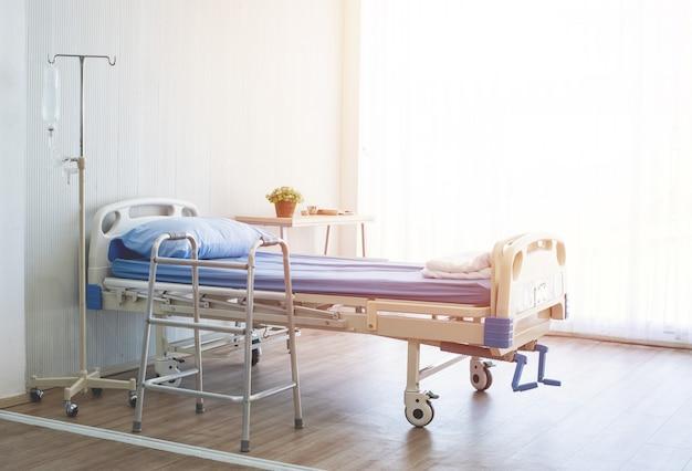 Limpeza e hospitalidade do quarto com cama vazia e equipamento médico no hospital.