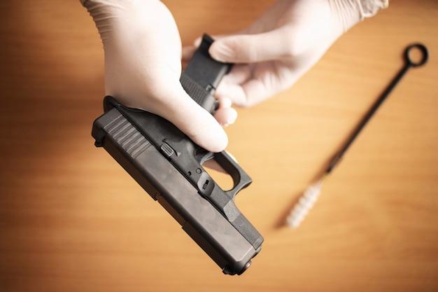 Limpeza e manutenção de armas de fogo após o uso no campo de tiro