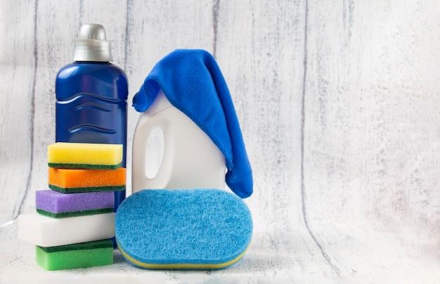 Limpeza geral da casa: esponja escova de trapos com líquido para limpeza da casa