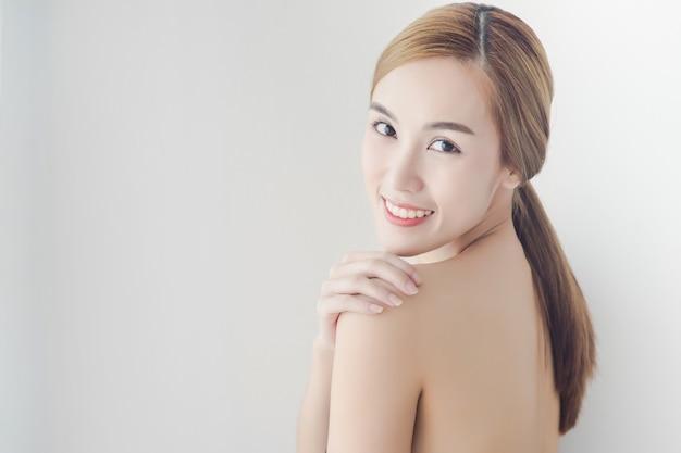 Limpeza jovem mulher asiática com rosto lindo