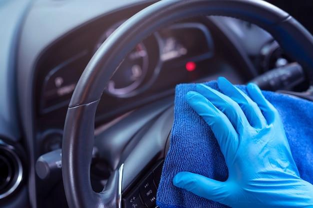 Limpeza manual do volante com pano de microfibra