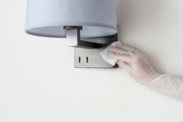 Limpeza manual e desinfecção com luvas de alto contato com superfícies domésticas