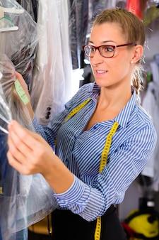 Limpeza na loja de roupa, verificando roupas limpas