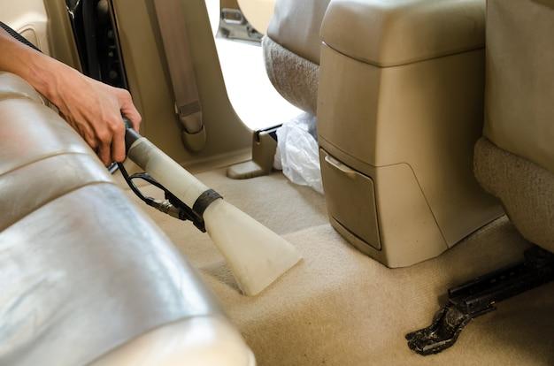 Limpeza profissional do tapete traseiro dos assentos do interior