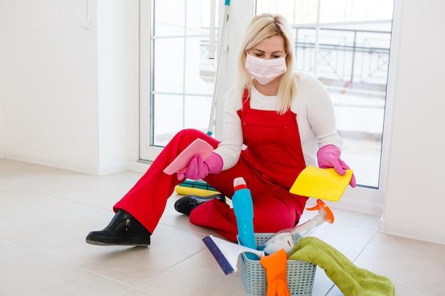 Limpeza profunda para prevenção de doenças covid-19. álcool, spray desinfetante em casa para segurança, infecção pelo vírus covid-19. faxineira