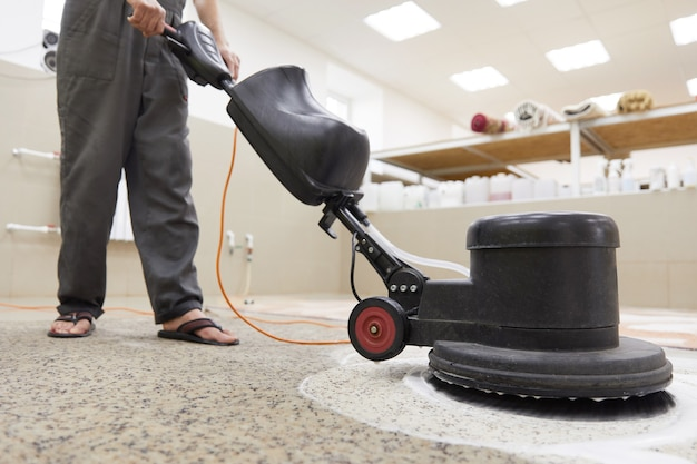Limpeza química de carpetes com máquina de disco profissionalmente. limpeza no início da primavera ou limpeza regular
