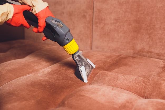 Limpeza química de sofás com método de extração profissional