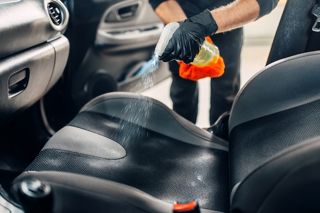 Limpeza química profissional de têxteis de assentos de automóveis.