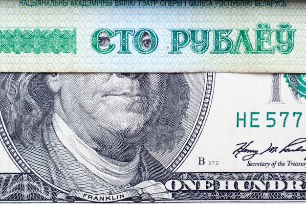 Lincoln olhando através dos cem rublos bielorrussos