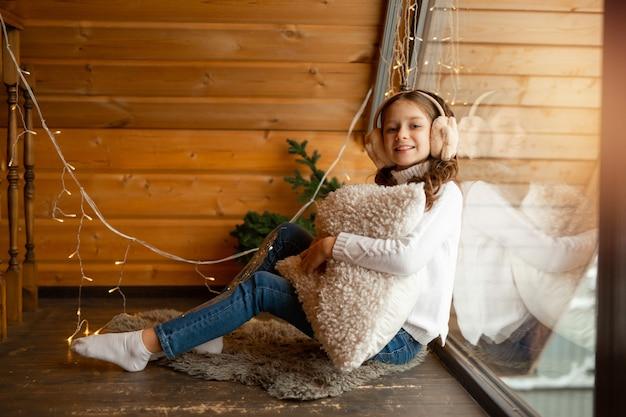 Linda adolescente em casa perto da janela