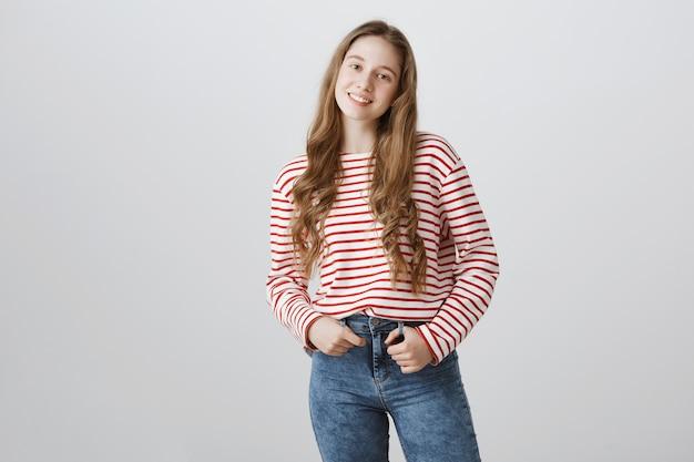 Linda adolescente, estudante universitária sorrindo