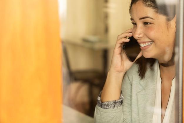 Linda adolescente falando ao telefone