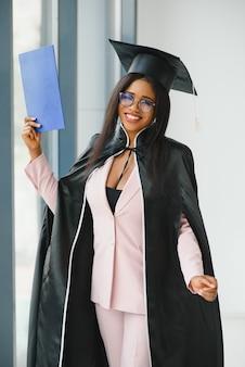 Linda afro-americana se formando em frente ao prédio da faculdade