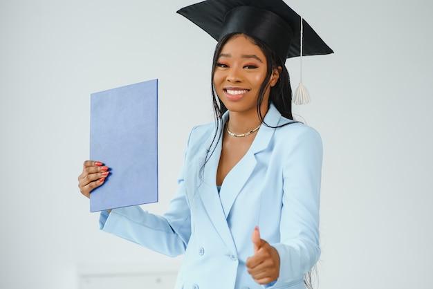 Linda alegre graduação feminina africana.