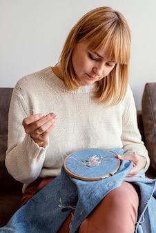 Linda alfaiate costurando em seu estúdio